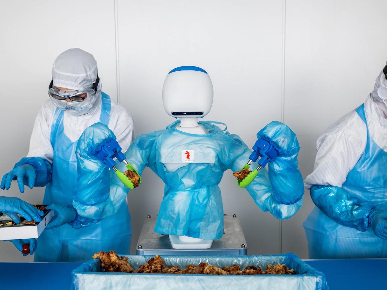 Công nghệ mới giúp robot đương đầu với sự thay đổi liên tục và những hình thù nhiều góc cạnh mà con người gặp phải khi làm việc. Về ẩm thực, robot cộng tác (cobot) được phát triển bởi Tập đoàn RT biết sử dụng thị giác và các thuật toán nâng cao, cũng như cánh tay biết cầm nắm để xếp thịt gà vào hộp thức ăn.